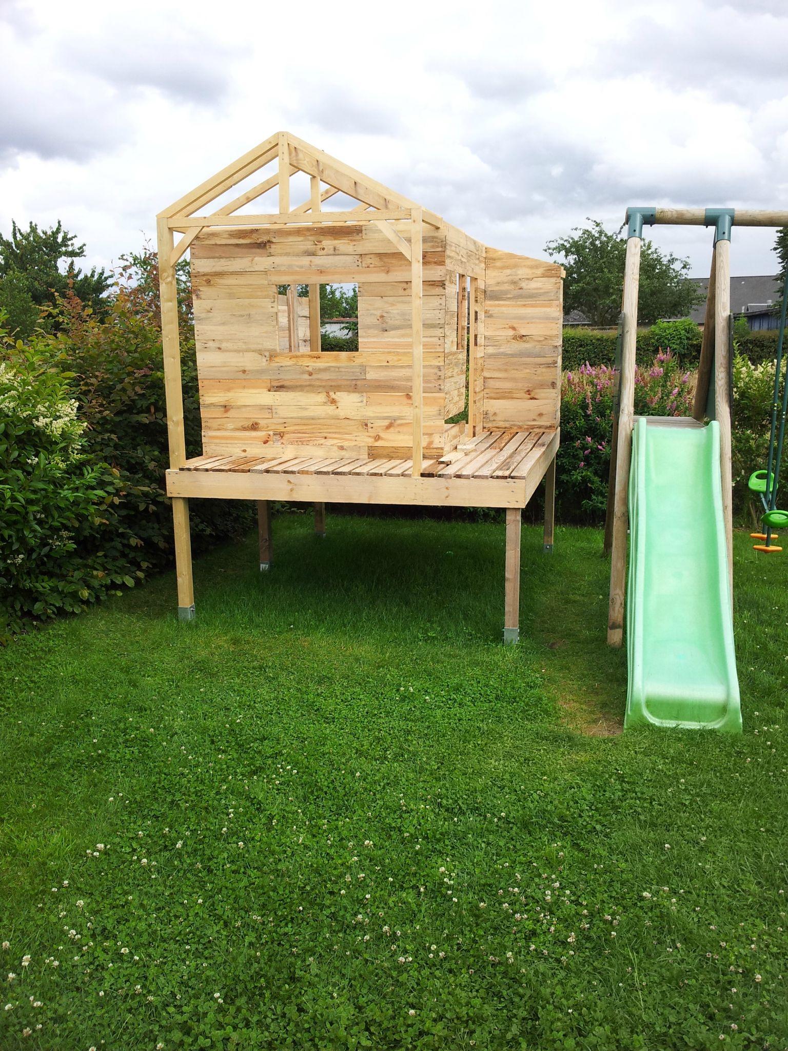 Cabane en palette avec toboggan jardin piscine et cabane - Construire maisonnette en bois ...