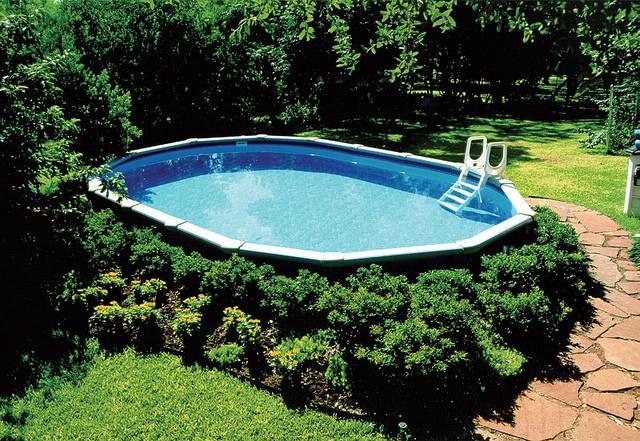 Jardin autour d'une piscine hors sol