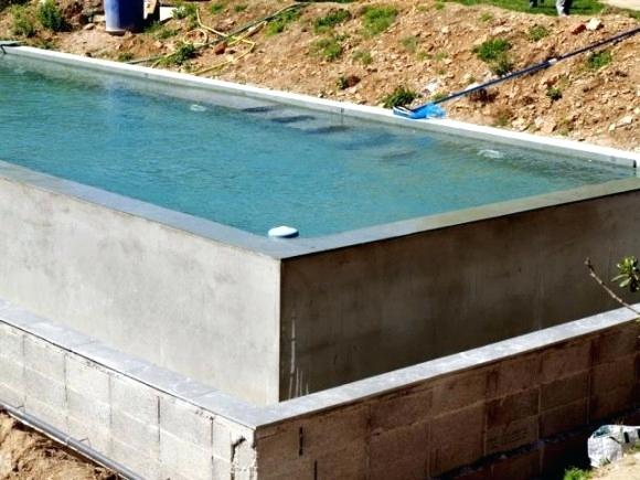 Construire sa piscine en parpaing hors sol
