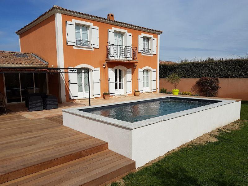 Construire piscine semi enterrée beton