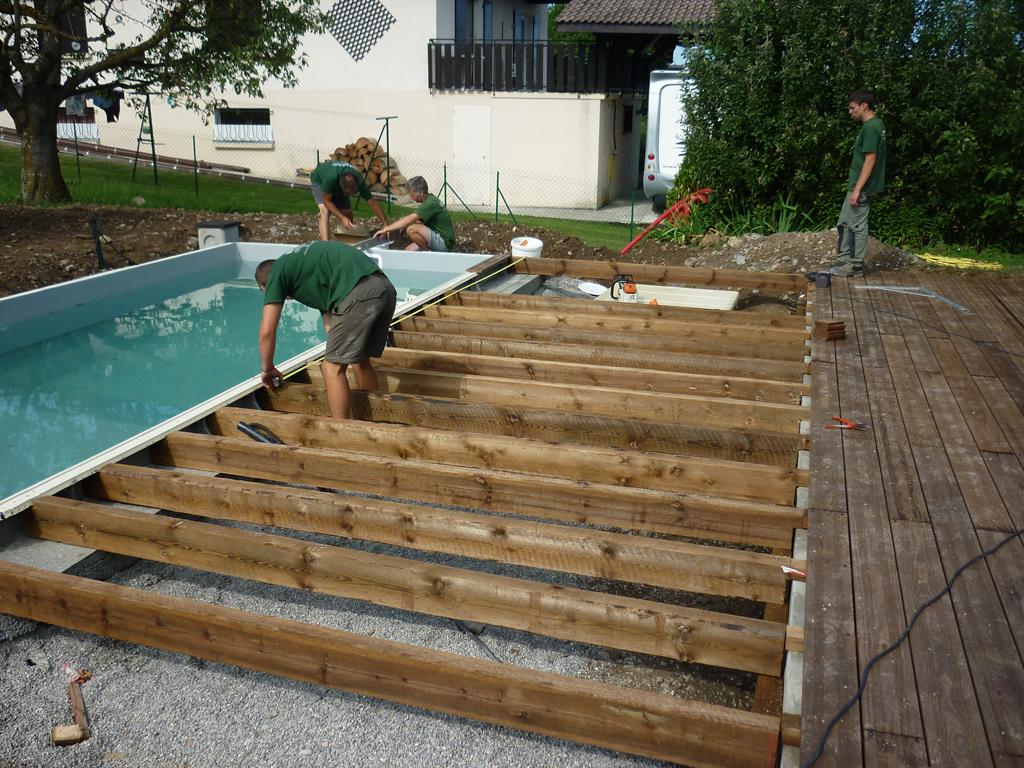 construire une terrasse en bois autour de la piscine jardin piscine et cabane. Black Bedroom Furniture Sets. Home Design Ideas