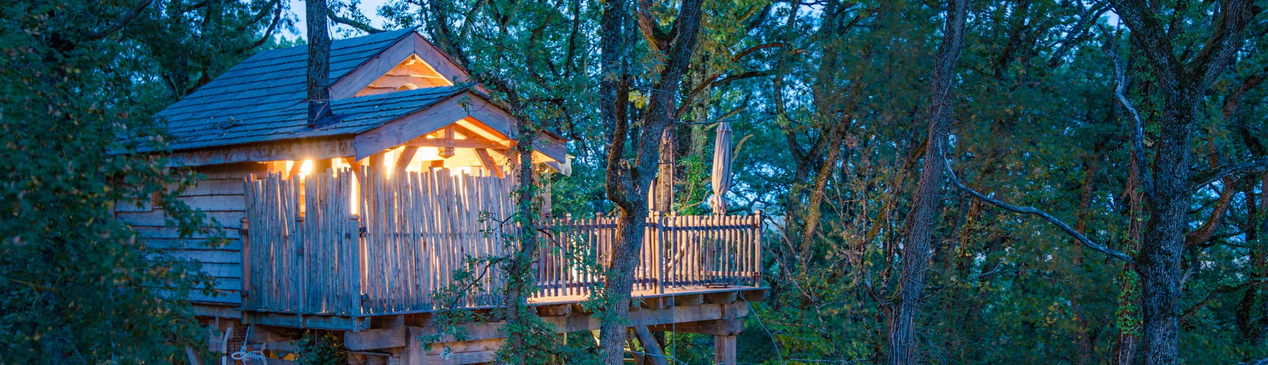 Cabane dans les arbres nuit