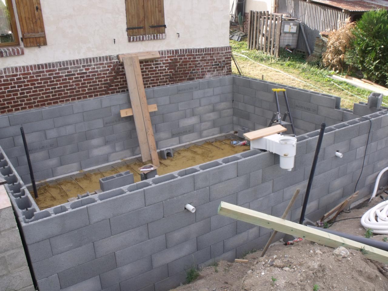 Construire piscine agglo jardin piscine et cabane - Construire une piscine hors sol en beton ...