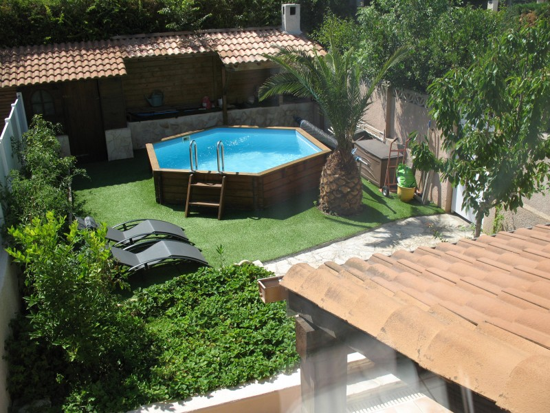 Photo de jardin avec piscine hors sol jardin piscine et cabane - Amenagement exterieur piscine hors sol ...