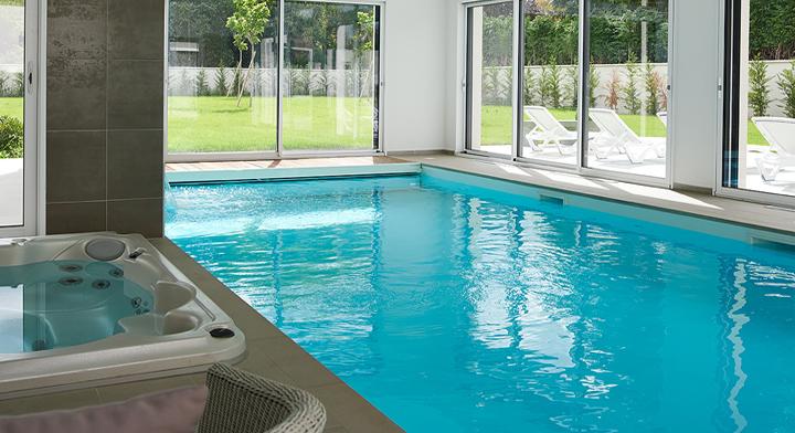 construire une maison avec piscine interieure jardin piscine et cabane. Black Bedroom Furniture Sets. Home Design Ideas