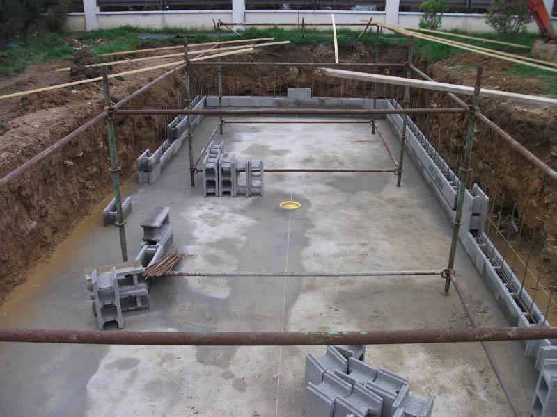 Construire sa piscine en agglos à bancher