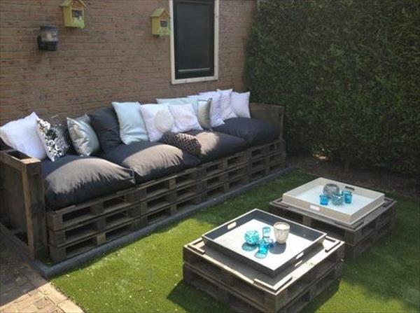 Un salon de jardin avec des palettes - Jardin piscine et Cabane