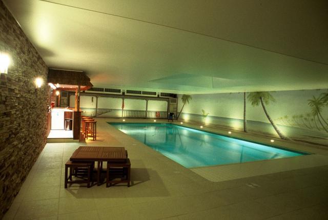 Construire une piscine en sous sol jardin piscine et cabane - Construire une piscine interieure ...